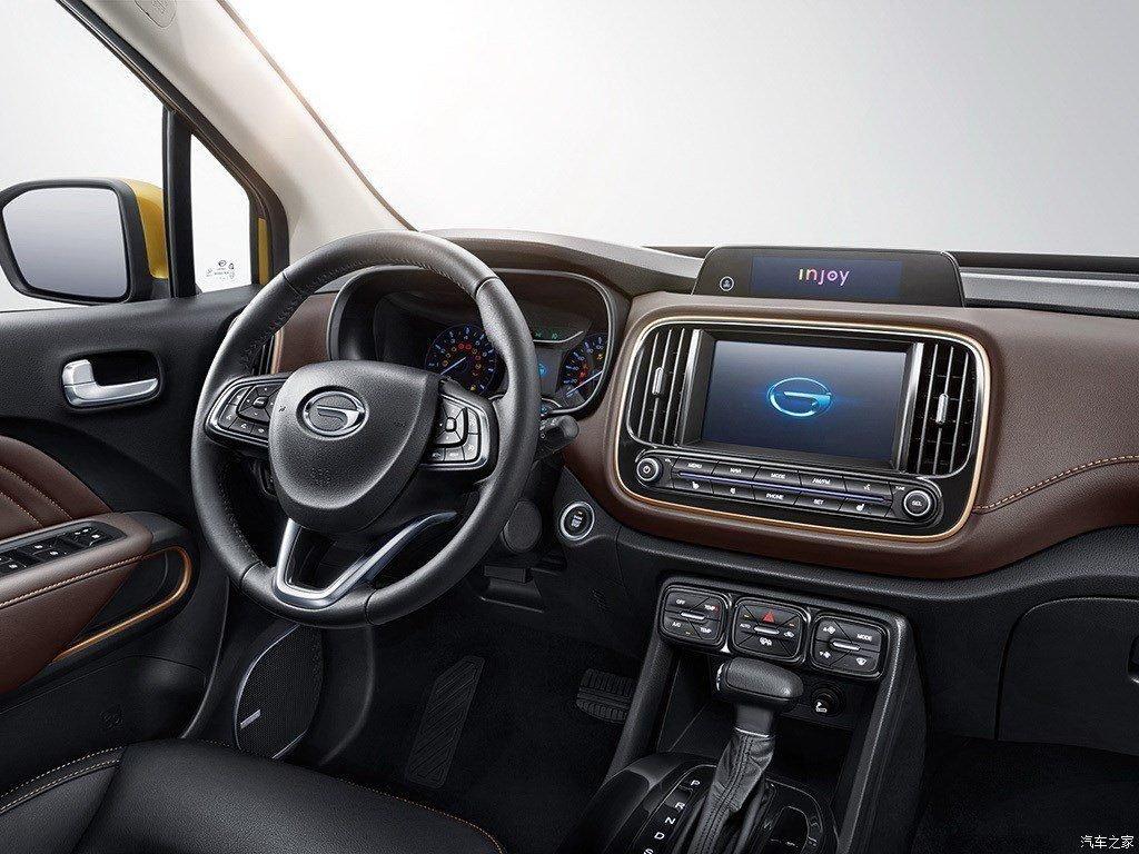 В наиболее дорогой комплектации автомобиля предложен современный по сегодняшним меркам салон с 7-дюймовым мультимедийным центром по середине панели. Опционально можно приобрести дополнительный 4-дюймовый проектор для вывода наиболее важной информации.