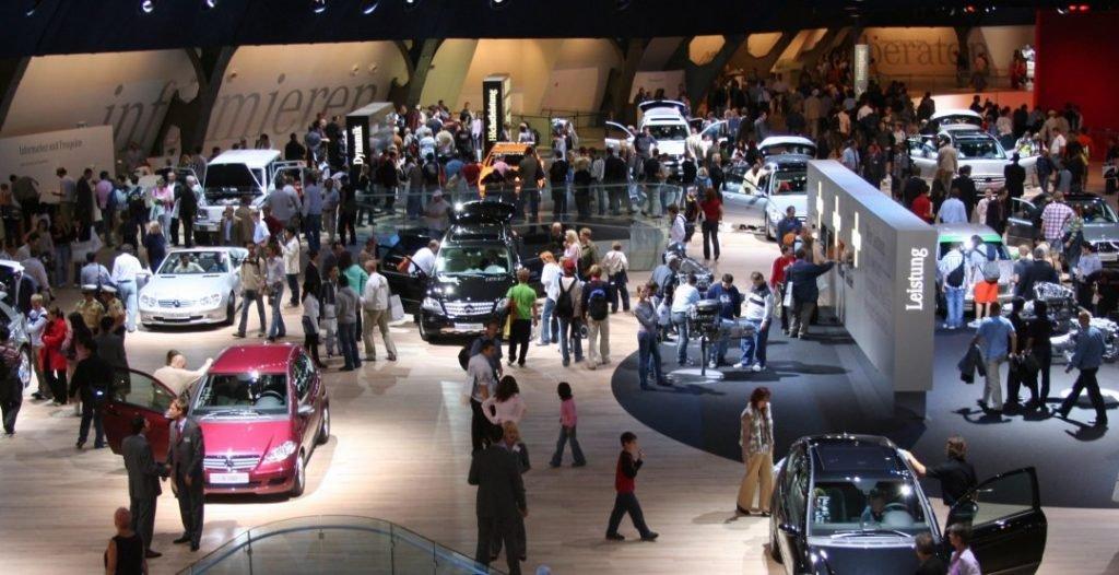Каждый 2 года под крышей выставочного цента во Франкфурте-на-Майне собираются более 100 000 тысяч представителей автомобильных компаний, репортеров и просто посетителей интересующихся передовой автомобильной промышленностью.