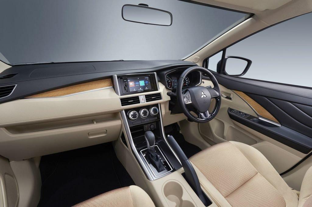 В базовой версии автомобиля, торпедо/ручки и панели выполнены из недорогого пластика, руль обшит кож.замом, а обивка сидений и панелей по всему салону тканевая.
