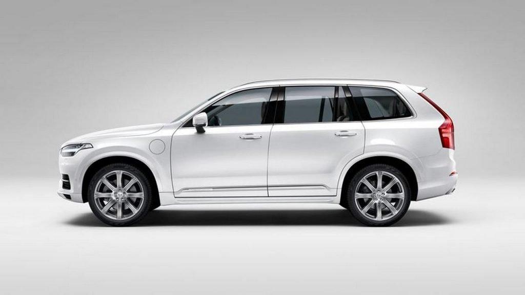 Габаритные значения кроссовера Volvo XC90 T8 Excellence остались неизменными: 4950 мм в длину, 2008 мм в ширину, и 1776 мм в высоту. Размер колесной базы 2984 миллиметра, при максимальном весе в 2323 килограмма.