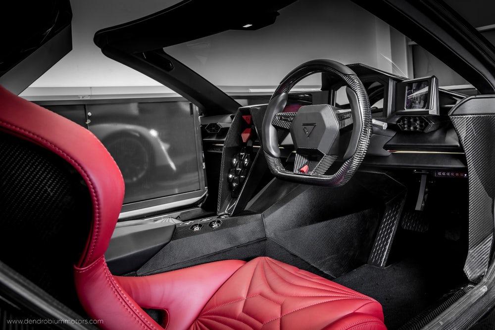 Ожидающих увидеть внутри автомобиля нечто особенное могут быть спокойны. Сочетание передовой электроники, дорогостоящая оббивка сидений и элементов, карбоновые вставки, и прочие элементы подтверждающие ценник с шестью нулями.