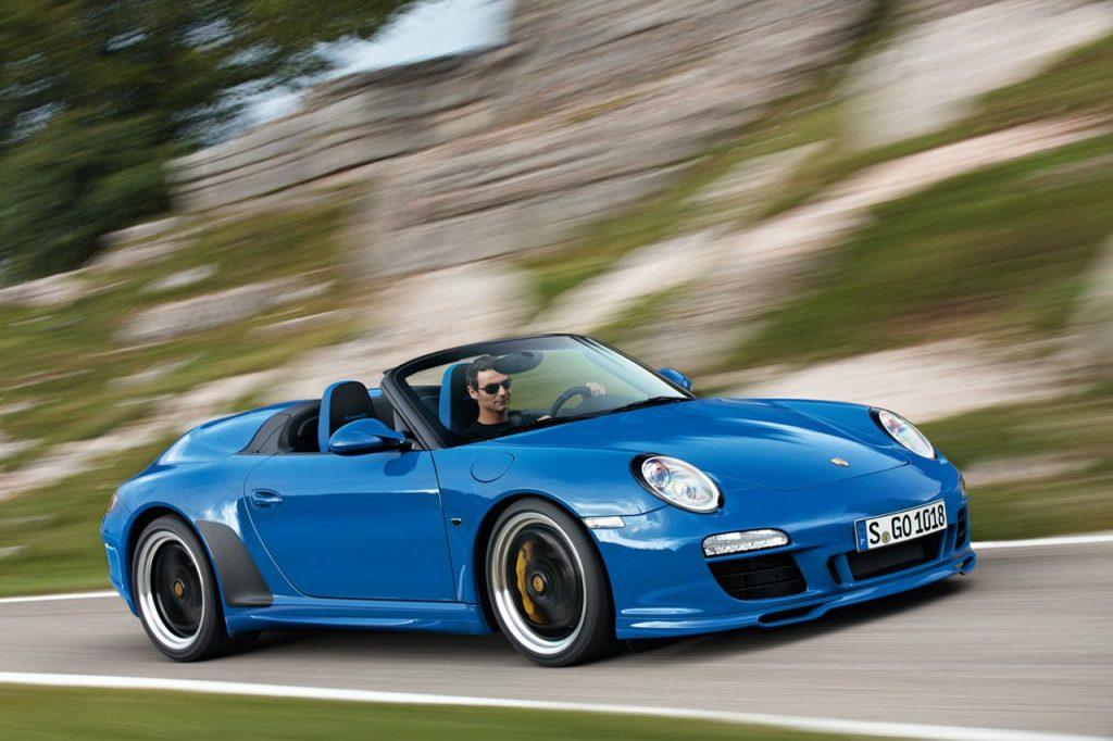 """На фото изображен последний выпущенный 911-ый в модификации """"Speedster"""". Оснащался он 3,8-литровым шестицилиндровым мотором от 911 Carrera GTS, развивающим 408 л.с. и 420 Нм крутящего момента. Спидстер мог ускоряться с места до 100 км/ч за 4,6 секунды."""