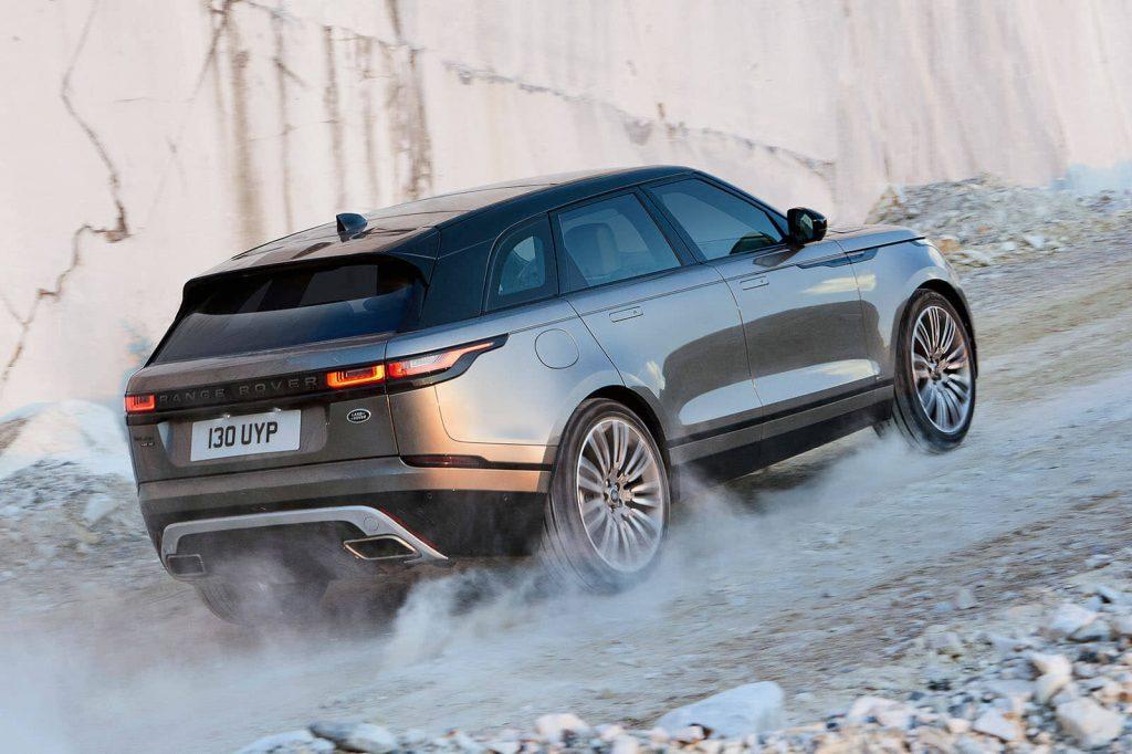 """""""Велар"""", несмотря на принадлежность к премиум-классу, экономный автомобиль. По неподтвержденным данным расход топлива нового двигателя в смешанном цикле — 7,8 л/100 км. Максимальная скорость при этом — 234 км/ч."""