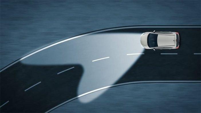 Фары адаптивного освещения направляются в сторону поворота, улучшая освещение дороги, кроме того, маневры автомобиля лучше видны другим участникам движения.