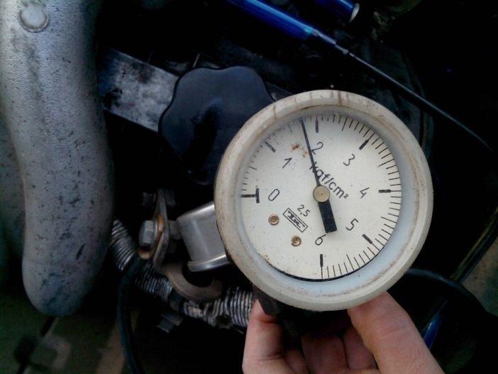 Иизмерение давления топлива в системе и обнаружение проблемы с помощью манометра