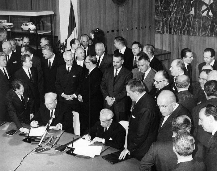 Подписание договора о сотрудничестве: слева - А.М. Тарасов, справа - В. Валетта.