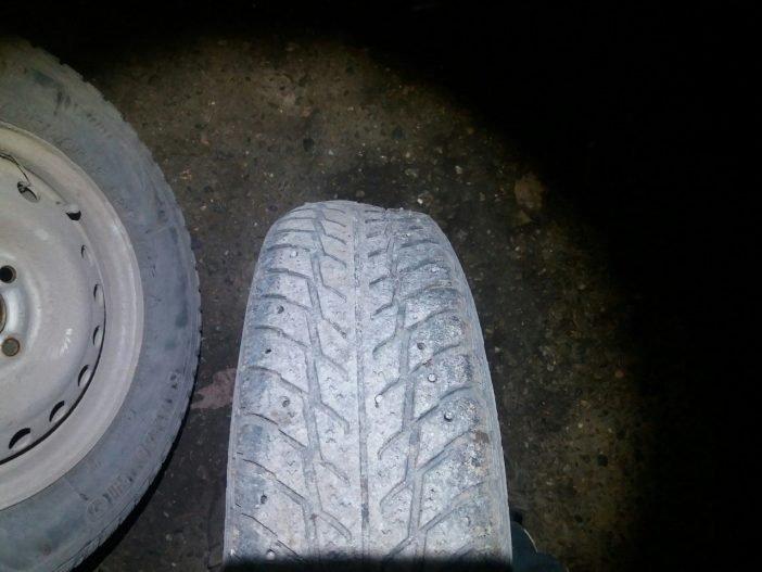 На фото покрышка колеса кривая в двух плоскостях