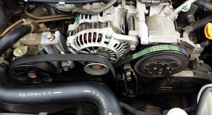 Свист при нажатии на газ также может издавать ослабленный ремень генератора